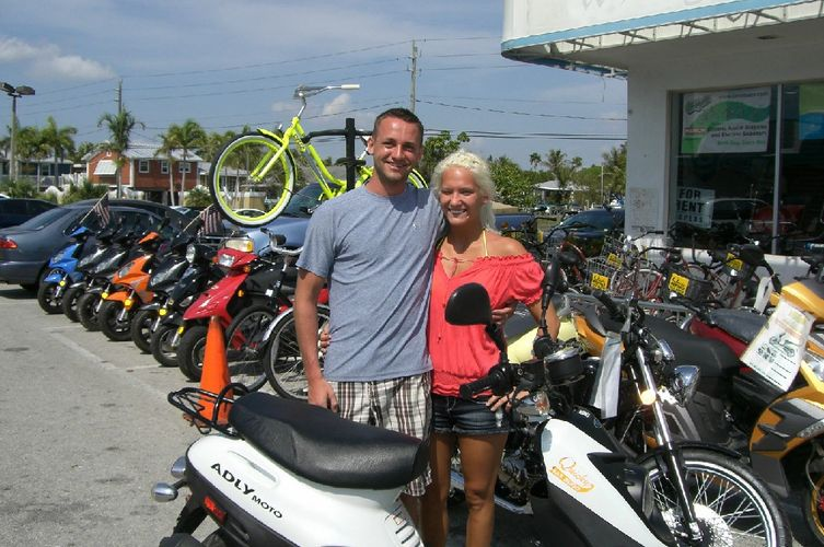 quiky bikes-couples renting a scooter